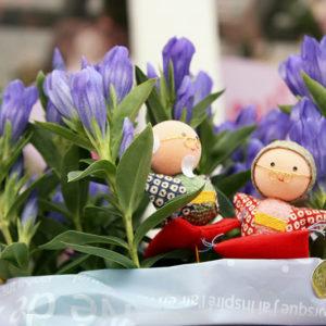 敬老の日にプレゼントに。可愛いお人形のついたリンドウです。